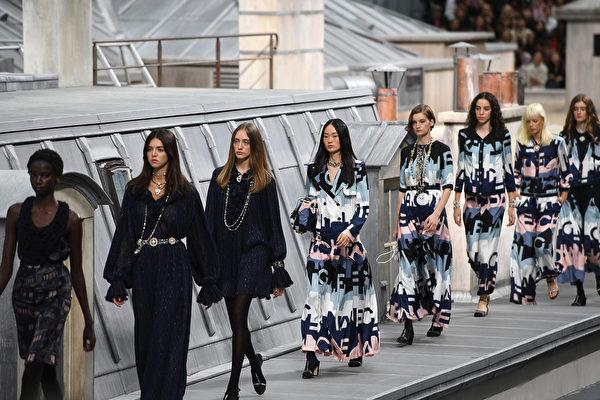 巴黎時裝周上的2020春夏系列香奈兒品牌模特。(Christophe ARCHAMBAULT/AFP)