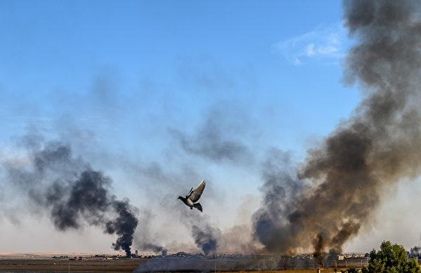 土耳其部隊10月9日發起和平之泉行動(Operation Peace Spring),跨越國界進入敘利亞幼發拉底河(Euphrates River)東岸,鎖定打擊庫爾德族主導的軍事同盟敘利亞民主力量(SDF)。(BULENT KILIC/AFP)