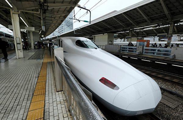 圖為颱風襲擊前一天,也就是10月11日,一輛高速列車離開JR東京站。(Kazuhiro NOGI/AFP)