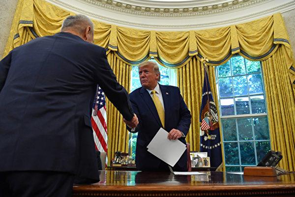 周五(10月11日),中美第13輪高級貿易談判結束,美國總統特朗普在白宮接見中共副總理劉鶴。特朗普表示,和中方達成數百億美元農產品交易,下月將在智利召開習特會。 (Nicholas Kamm/AFP)