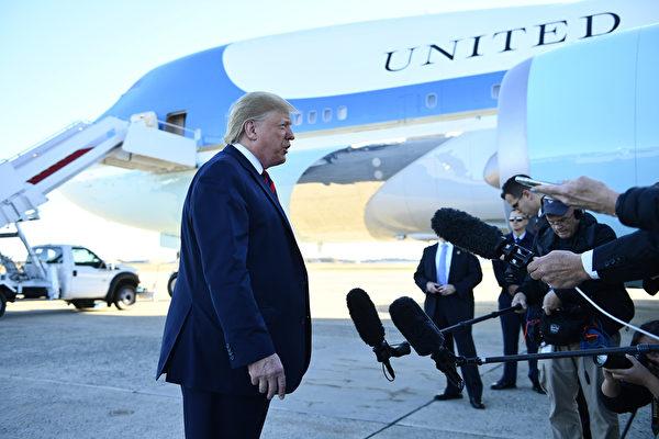 周一早上,特朗普在前往芝加哥訪問之前,在安德魯斯空軍基地(Andrews Air Force Base)告訴記者:「我們似乎有望提前達成和中國(貿易)協議的很大一部份,我們稱之為第一階段(協議),但這是很大一部份(內容)。」(Brendan Smialowski/AFP)