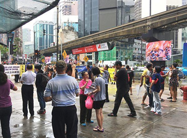 2019年9月29日,馬來西亞退黨服務中心在首都吉隆坡市中心,人山人海的武吉免登區舉行聲援三退活動,譴責中共暴行,引起許多民眾的關注。 (吳俐穎/大紀元)