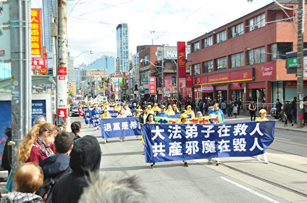 2019年10月12日,多倫多法輪功學員及支持者在市中心唐人街舉行盛大遊行活動,聲援3億4千多萬勇士三退(退出中共黨、團、隊)。(周行/大紀元)