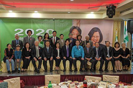 圖為台灣前行政院長賴清德(前排右七)與嘉賓們合照。(黃小堂/大紀元)