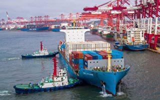 美中贸易战套在中共脖子上的绳套,又进一步被收紧。图为今年5月中国山东青岛的海港。(Photo by STR / AFP)