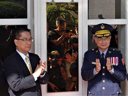 内政部长徐国勇(左)呼吁民众共同维护台湾的自由民主。