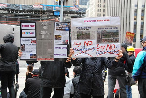 10月6日,在多倫多老市政廳前舉牌的退休夫妻黎先生、黎太太說,香港人已被逼得沒有退路,不得不反抗。(伊鈴/大紀元)