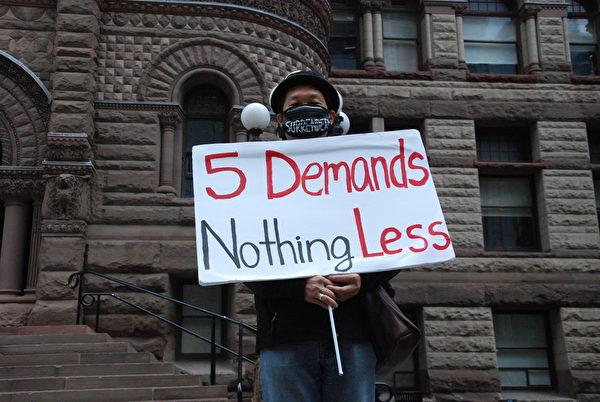 10月6日,多倫多港人在老市政廳前靜坐,聲援香港人反《禁蒙面法》。(伊鈴/大紀元)