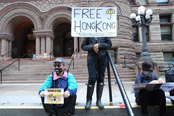 10月6日,多倫多港人在老市政廳前靜坐,聲援香港反《禁蒙面法》。(伊鈴/大紀元)