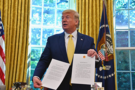 圖為美國總統特朗普手持習近平的「致特朗普總統的口信」,共兩頁,分別用中文、英文書寫。(Nicholas Kamm/AFP)