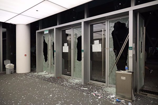 憤怒的學生將學校玻璃打碎。(王偉明 / 大紀元)