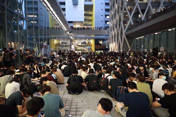 傍晚六點左右,越來越多的學生和街坊加入校園前廣場的靜坐活動,聲援死者,要求還原真相。(王偉明/大紀元)