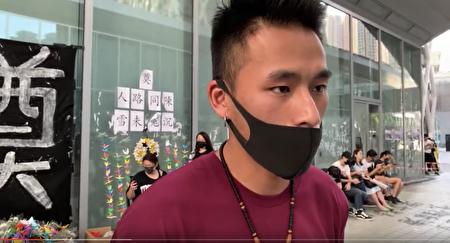 知專設計學院前學生繼續靜坐聲援死者陳彥霖,凱文同學接受採訪。(葉依帆/大紀元)