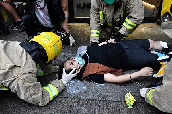 10月6日,港人抗爭中,一年輕女子被警察打傷,在緊急救護。ANTHONY (WALLACE/AFP via Getty Images)