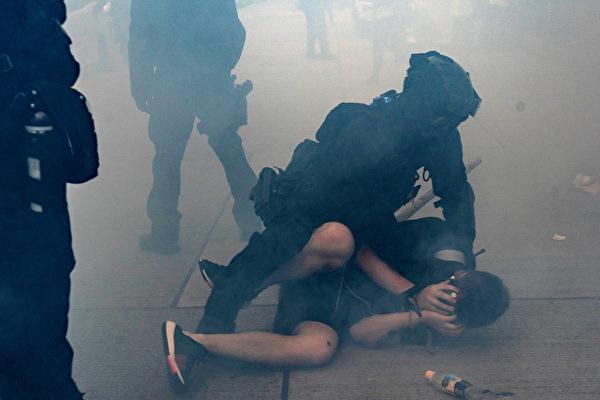 10月20日,港人抗爭中,一男子被警察按在地下毆打。(Anthony Kwan/Getty Images)