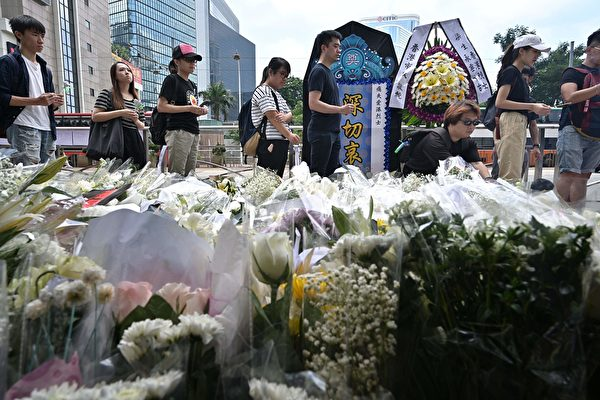 6月16日,港人排隊祭奠在抗爭活動中死去的第一個年輕人。(ANTHONY WALLACE/AFP/Getty Images)