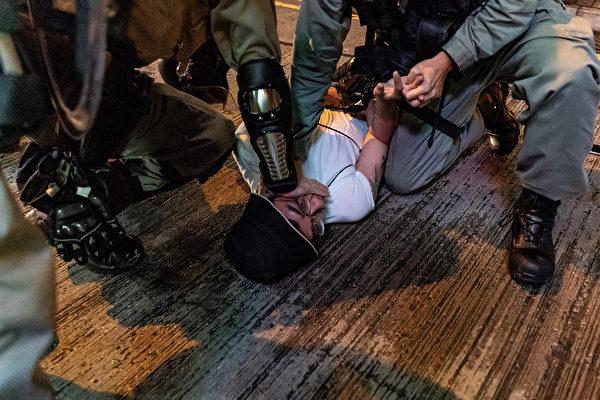 10月13日,港人抗爭中,一男子被警察按在地下毆打。(Anthony Kwan/Getty Images)