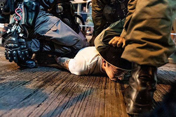 10月13日,港人抗爭中,一年輕人被警察壓在地下,但始終不屈服。(Anthony Kwan/Getty Images)