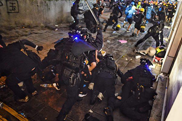 8月11日,港人抗爭中,警察追打抗爭者並瘋狂抓人。 MANAN (VATSYAYANA/AFP/Getty Images)