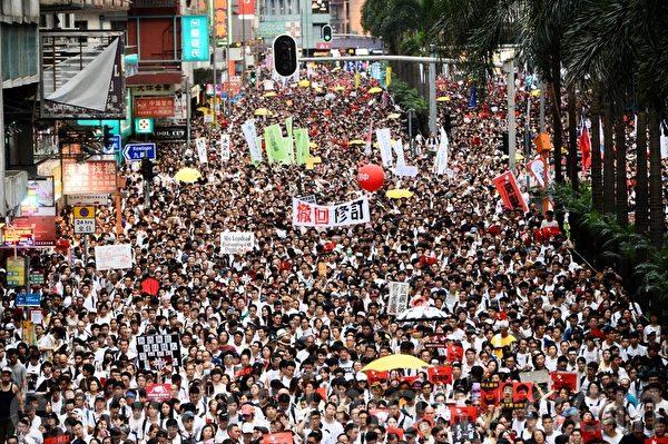 百萬香港市民6月9日上街遊行,抗議香港政府修訂《逃犯條例》,他們擔心修例後,身在香港的人會被移交到中國大陸受審並遭遇不公平審訊。(宋碧龍/大紀元)