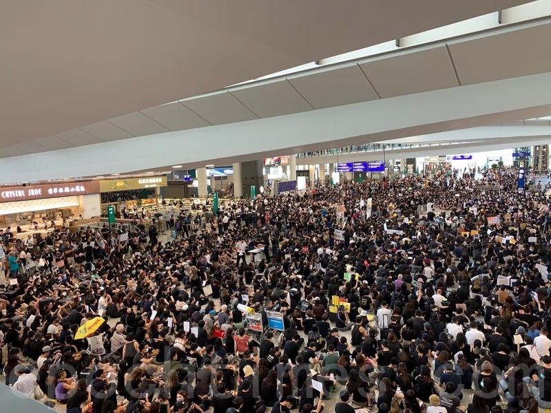 2019年7月26日,一群航空界職員發起機場集會,抗議警方對反修例示威者採取不恰當暴力行為,以及政府和警方無視元朗有不法之徒隨機襲擊市民事件。(李逸/大紀元)