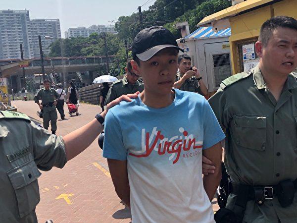 2019年10月1曰,在香港屯門市中心輕鐵站有約二十名警察圍捕一名姓陳男子。(余天祐/大紀元)
