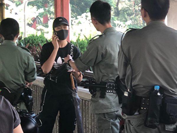 2019年10月1曰,在香港警方在屯門截查身份證。(余天祐/大紀元)