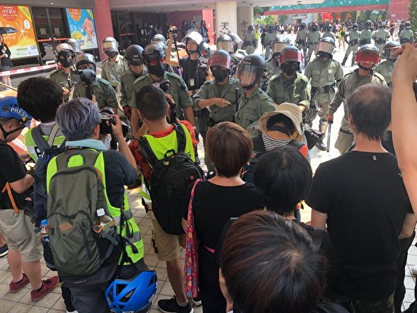 2019年10月1曰,香港屯門警民對峙。(余天祐/大紀元)