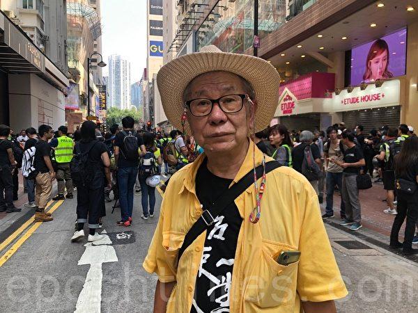 黃伯是香港的銀髮族成員之一,他表示,根據 《基本法》市民是有權遊行示威的。 圖為銀髮族成員黃伯。(梁珍/大紀元)