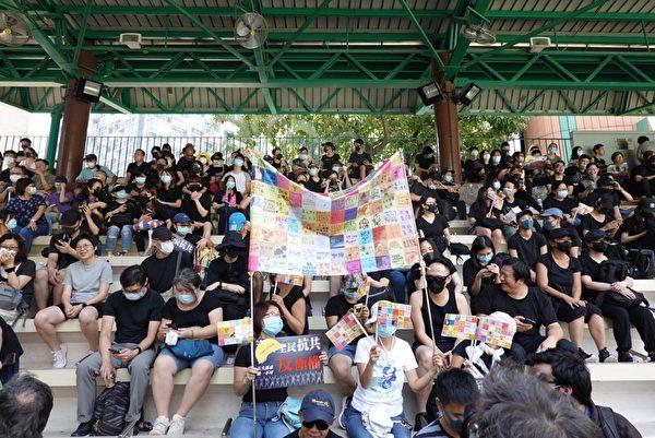 2019年10月1日,香港市民於灣仔修頓球場聚集,高喊口號。(余鋼/大紀元)