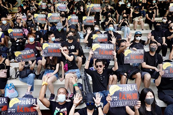 2019年10月1日,香港市民於灣仔修頓球場聚集,高喊口號,持標語表達訴求。(余鋼/大紀元)
