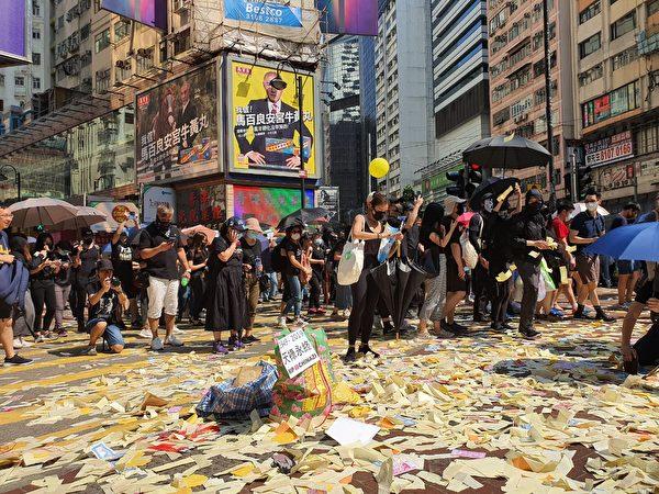 2019年10月1日,香港市民在銅鑼灣撒紙錢設祭壇。(孫明國/大紀元)