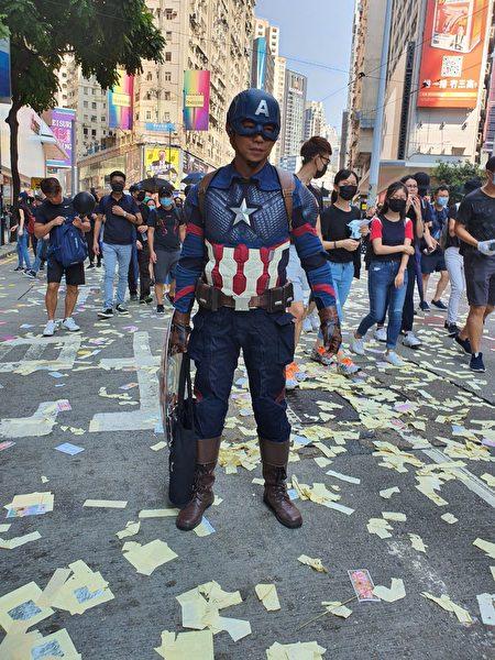 「美國隊長」梁先生表示自己站出來抗爭,是因為現在的警察太濫捕了。圖為梁先生。(孫明國/大紀元)