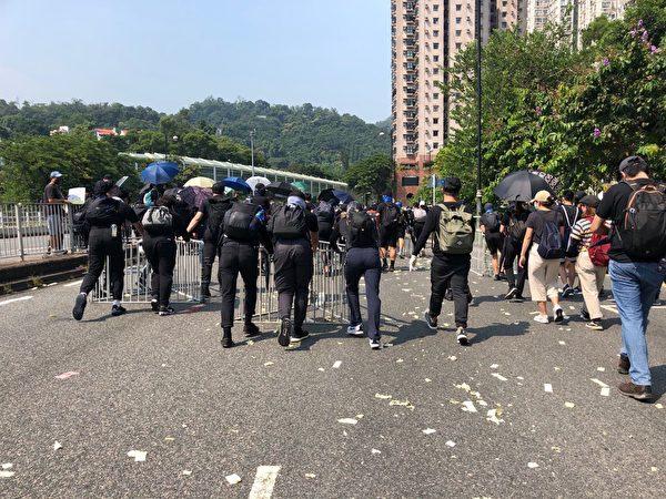 2019年10月1日沙田,抗爭者在佈置路線抵禦警察。(葉依帆/大紀元)