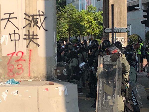 2019年10月1日,「十一」港人六區抗暴政活動。警方屯門施放催淚彈後與民眾對峙。(余天祐/大紀元)