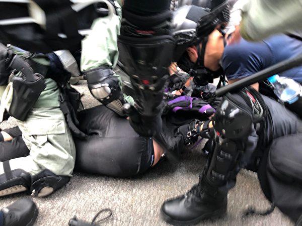 2019年10月1日,中共十一,港人發起六區抗暴政活動。警方屯門放催淚彈後抓人。(余天祐/大紀元)