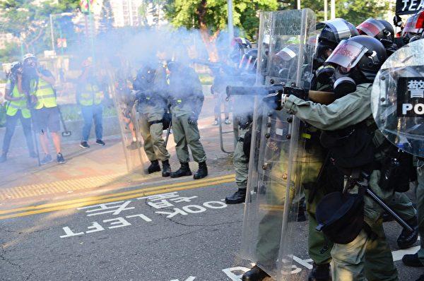 2019年10月1日,「十一」港人六區抗暴政活動。警方屯門放催淚彈。(余天祐/大紀元)