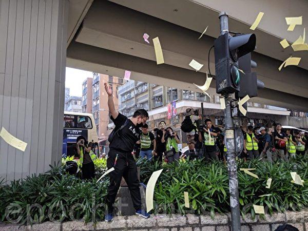 2019年10月1日,香港佐敦、油麻地,民眾撒紙錢表達不滿。(黃曉翔/大紀元)