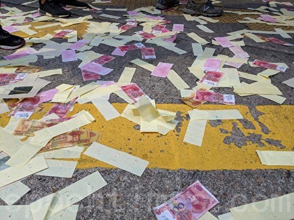 2019年10月1日,在香港佐敦、油麻地的地上撒很多紙錢。(黃曉翔/大紀元)