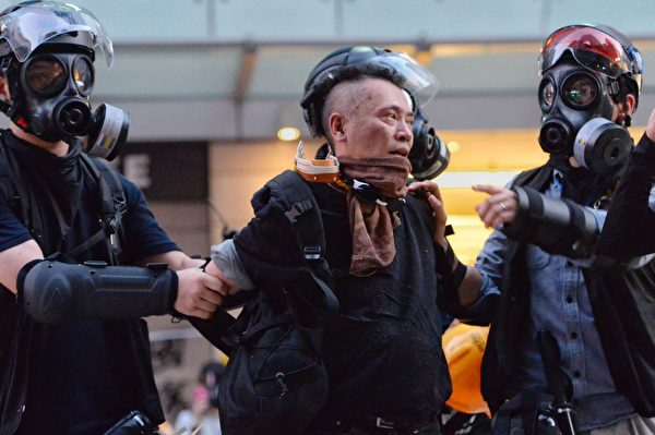 2019年10月1日,灣仔有抗議者被逮捕。(宋碧龍/大紀元)