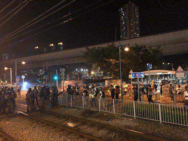 2019年10月1日,「十一」港人六區抗暴政活動。屯門入夜驅趕民眾,被市民怒罵。(余天祐/大紀元)