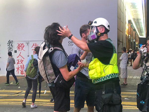 2019年10月1日,「十一」港人六區抗暴政活動。銅鑼灣警察狂放催淚彈。(宋碧龍/大紀元)