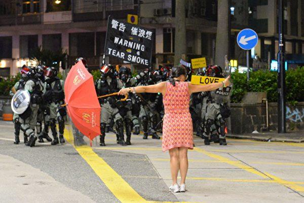 2019年10月1日,「十一」港人六區抗暴政活動。銅鑼灣這位女子勇敢站在警方面前。(宋碧龍/大紀元)