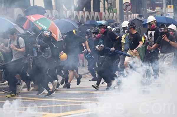 2019年10月1日,灣仔莊士頓道,約下午五時警察發射催淚彈,民眾快速走避。(劉卿/大紀元)