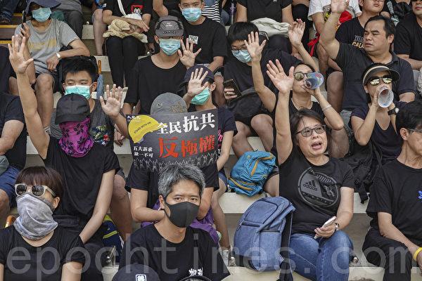 2019年10月1日,港人自發集會遊行,抗議暴政。圖為市民於灣仔集會。(余鋼/大紀元)