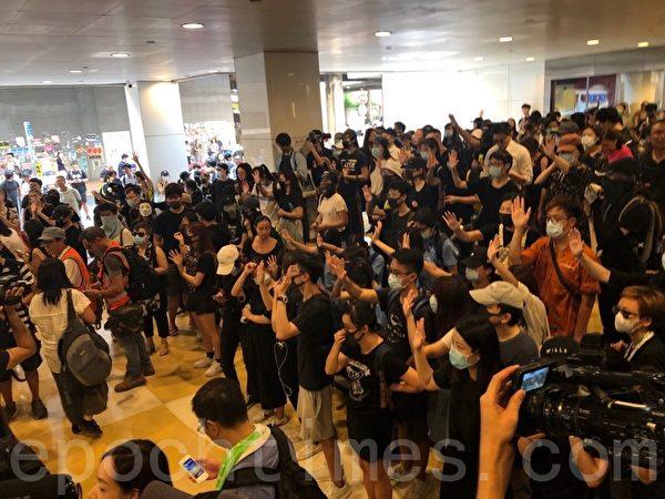 2019年10月2日,大批市民響應網民呼籲於12:30到中環遮打花園集合抗議警暴。(余天祐/大紀元)