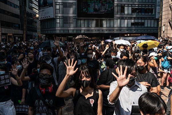 2019年10月2日,大批市民響應網民呼籲於12:30到中環遮打花園集合抗議警暴。(Anthony Kwan/Getty Images)