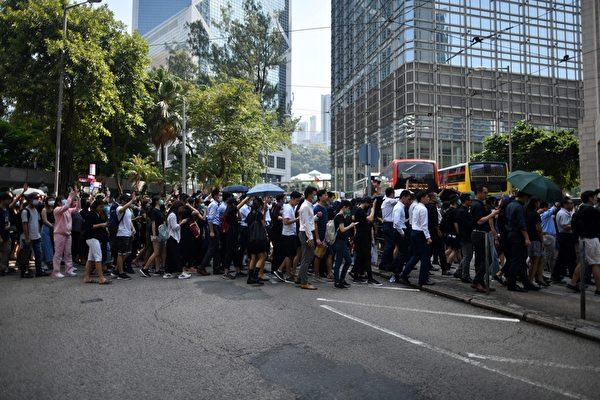 2019年10月2日,大批市民響應網民呼籲於12:30到中環遮打花園集合抗議警暴。(MOHD RASFAN/AFP via Getty Images)