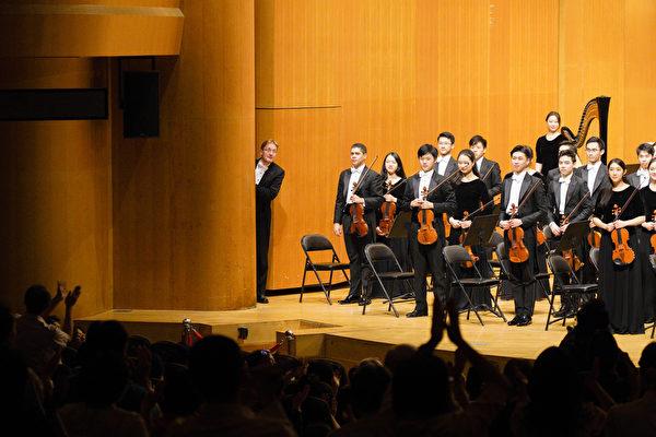 2019年10月2日晚間,神韻交響樂團在新竹市文化局演藝廳舉行2019年度在台灣的最後一場演出,觀眾歡聲雷動的掌聲與安可聲,讓指揮迪密萃‧魯蘇偷瞄一下觀眾有多熱情,逗得觀眾掌聲更加熱烈。(龔安妮/大紀元)