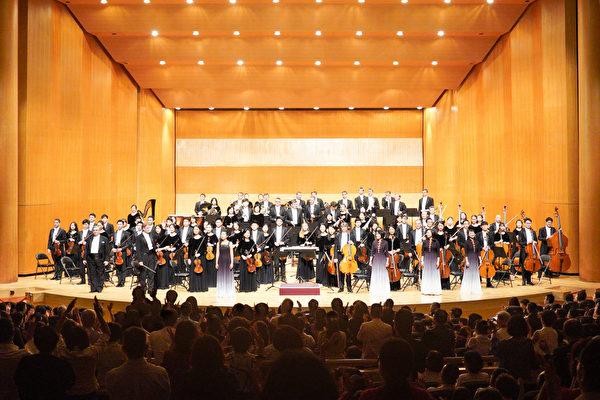 2019年10月2日晚間,神韻交響樂團在新竹市文化局演藝廳演出的謝幕。(龔安妮/大紀元)